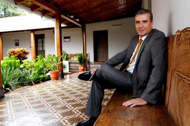 Otto Guevara pide al MOPT fiscalizar propietarios de placas de taxis