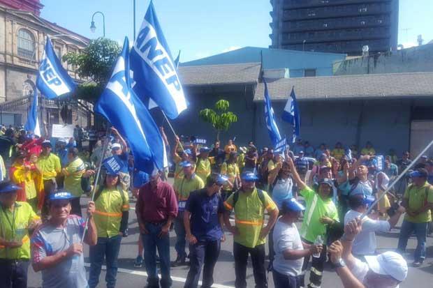 Más de 100 trabajadores se manifiestan contra aumento del IVM