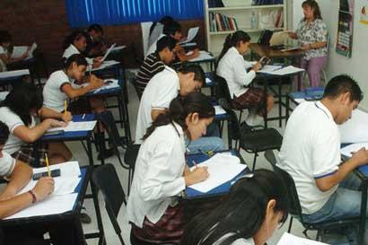 """Seis colegios reciben primeros frutos de proyecto """"Falemos Português"""""""