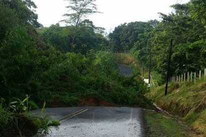 Paso entre Nuevo Arenal y La Fortuna cerrado por derrumbes