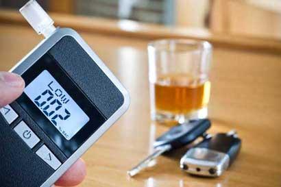 Avanza proyecto que multaría a conductores que se nieguen a alcoholemia