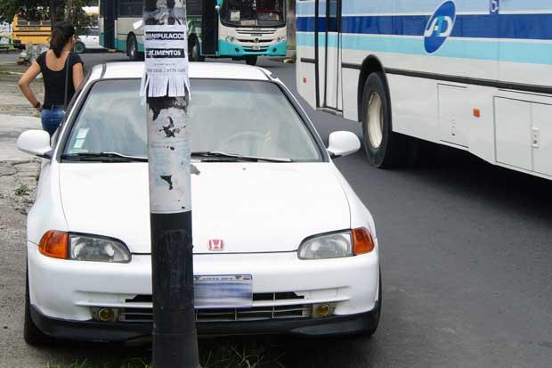 Tránsito sanciona 54 conductores al día por mal estacionamiento