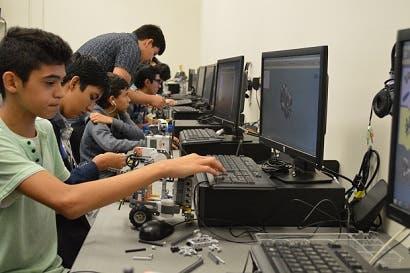 Jóvenes se capacitan en niveles avanzados de robótica