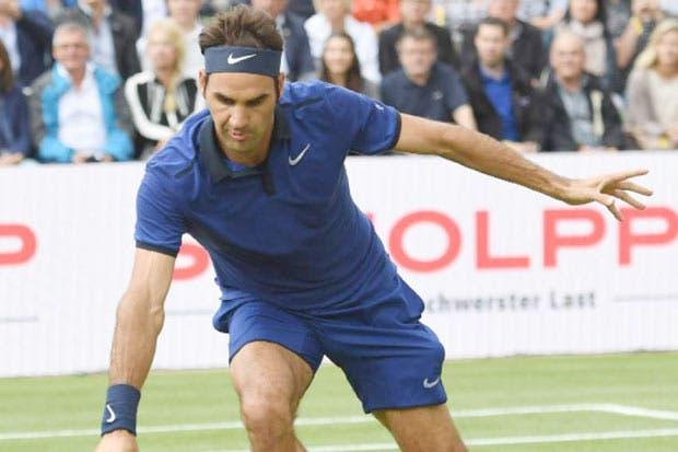 Federer tropezó con el pasto