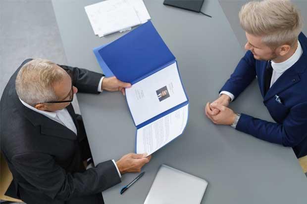 ¿Qué es el currículum ciego y por qué aquí no se utiliza?