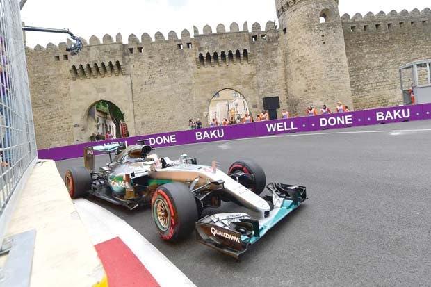 Sergio Pérez choca y queda fuera del GP de Azerbaiyán