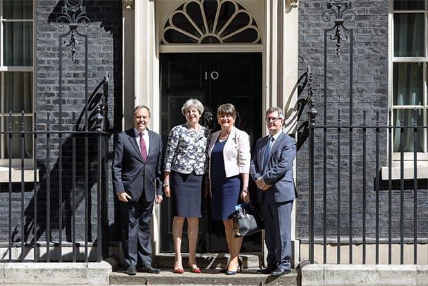 May llegó a acuerdo de gobierno con DUP de Irlanda del Norte