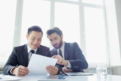 Hombres se unen a consejos corporativos con menos experiencia que las mujeres