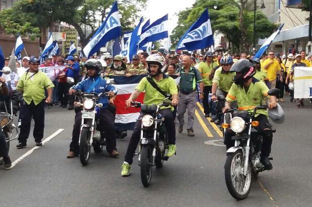 Sindicatos marchan por Avenida Segunda mientras Caja insiste en diálogo
