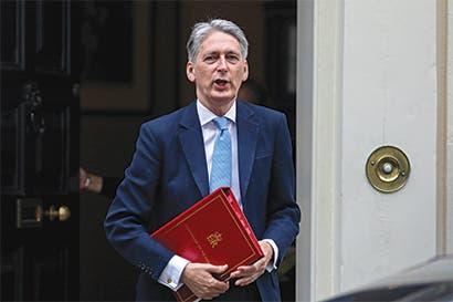 Reino Unido baja el tono sobre el Brexit y escucha a empresarios