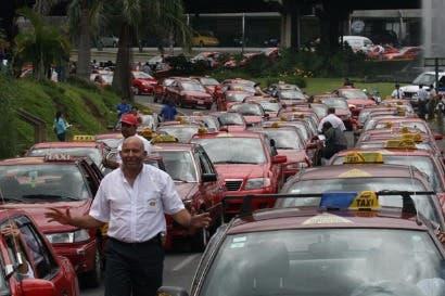 Taxistas reprograman marcha contra Uber