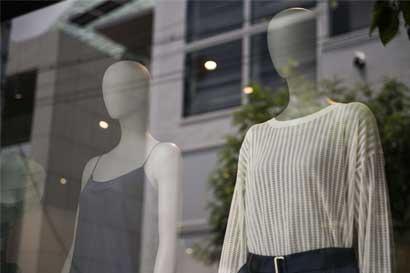 Los latinos en Estados Unidos están comprando menos, advierte minorista