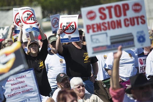 Beneficios de jubilación de estadounidenses se recortan un 25%