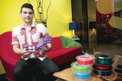 Jóvenes imprimen su talento en prótesis para amputados