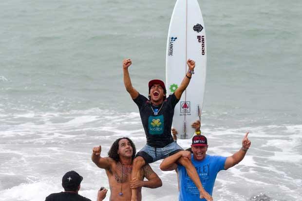 Jason Torres campeonizó en tabla de surf amigable con el ambiente