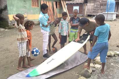 """Surf tico da esperanza a víctimas de """"guerra"""" colombiana"""