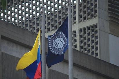 Bonos venezolanos siguen cayendo por planes de reforma de Maduro