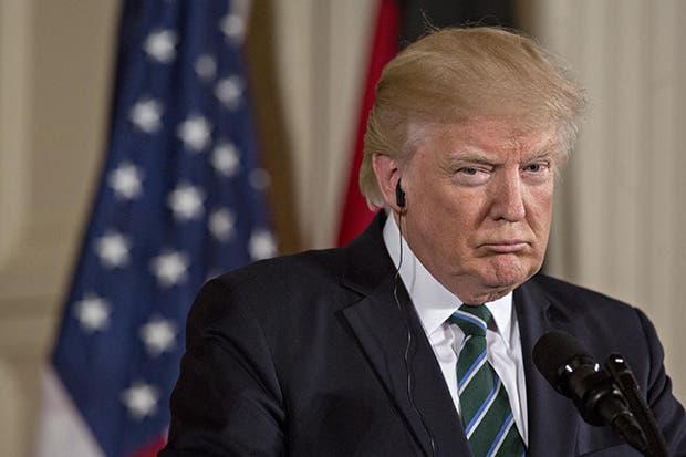 Trump prohíbe transexuales en Ejército estadounidense