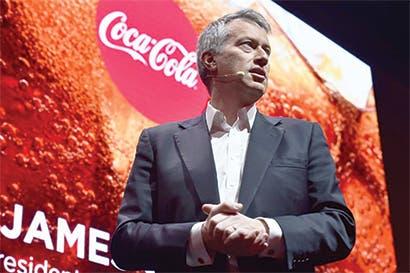 CEO de Coca-Cola logra aumentar ganancias con recortes de costos