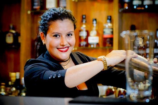 Bartender tica se prepara para competencia mundial
