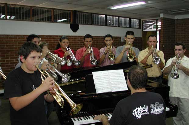 Aprenda a tocar un instrumento en la UNA