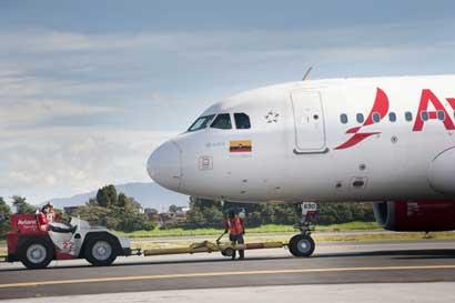 Déficit en vuelos complica traslado de viajeros de Avianca