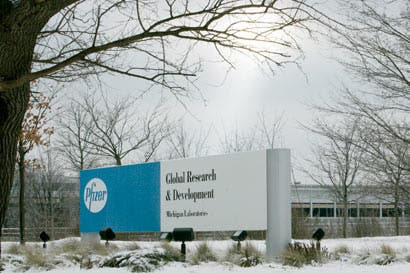 Débiles ventas de Pfizer aumentan presión por acuerdo