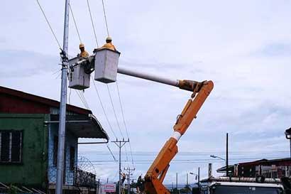 Colisiones dañan un poste de tendido eléctrico por día