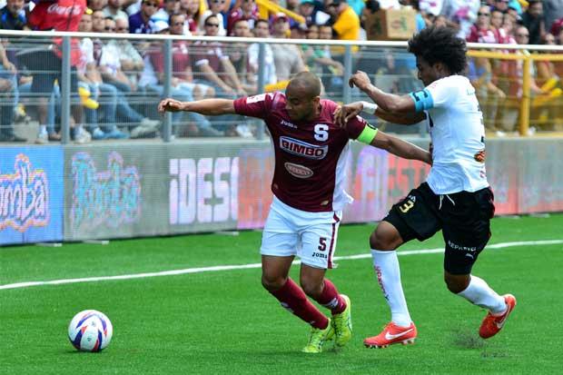 Alexander Robinson regresa al fútbol con Municipal Grecia