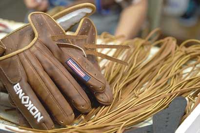 Fabricante de guantes de béisbol en EE.UU. se niega a morir
