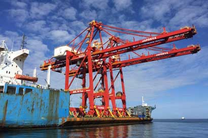 Nuevas grúas permitirán mover 70 contenedores por hora en Moín