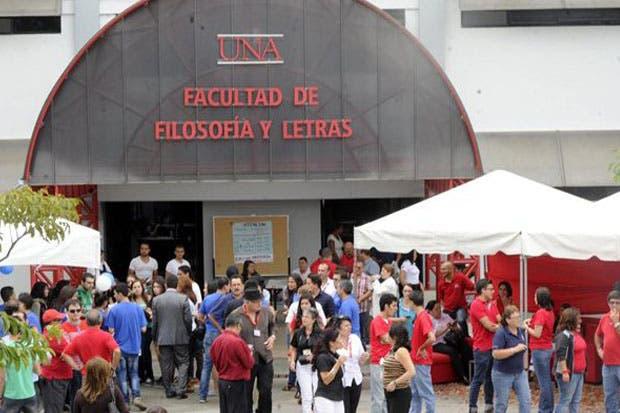Estudiantes de la UNA temen por becas y cierre de carreras