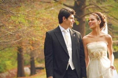 Más estadounidenses postergan matrimonio para después de los 20