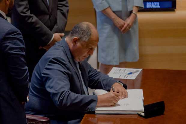 Luis Guillermo Solís pidió a potencias mundiales incorporarse al desarme nuclear