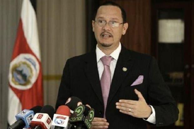 """Celso Gamboa critica """"doble discurso y el oportunismo moral de Arroyo"""""""