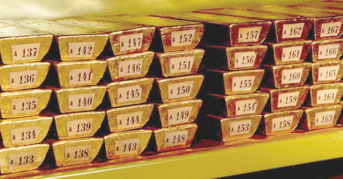 Oro se encamina al peor mes del año mientras repunta el dólar