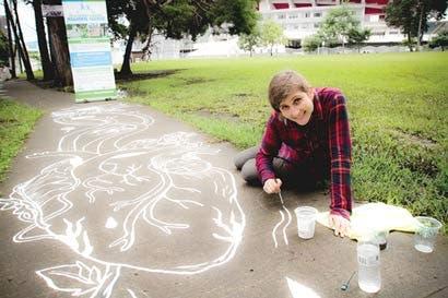 Artistas plasman sus obras en las aceras de la capital