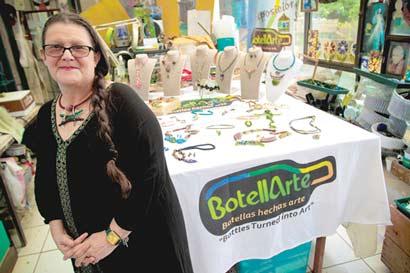 Ecologista convierte botellas recicladas en joyas