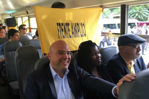 """Edgardo Araya llega en el """"bus de los indignados"""" a inscribir su candidatura"""