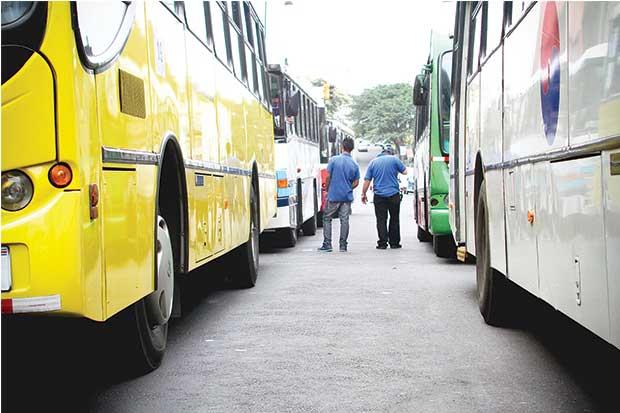 Transportistas exigen a Aresep suspender la demanda implícita de pasajeros