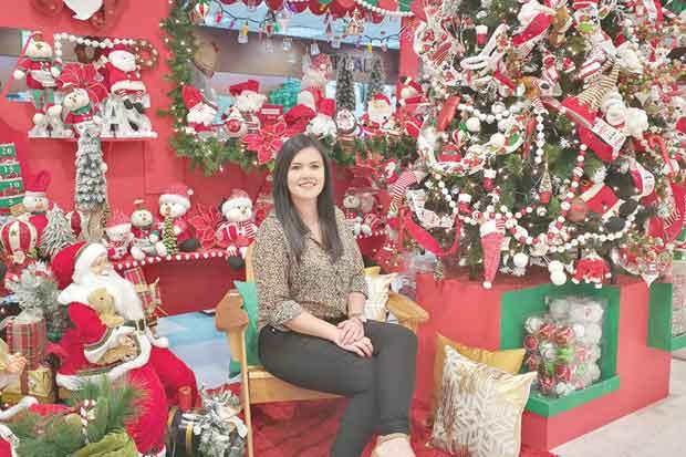 Cemaco renueva sus vitrinas con decoración navideña