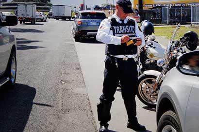Conductores suman más de 1.500 multas por usar el celular