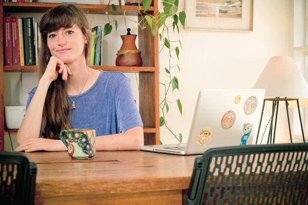 Diseñadora abre vitrina para artesanos y productores