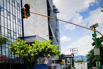 Mitad de semáforos en la GAM funciona con energía solar
