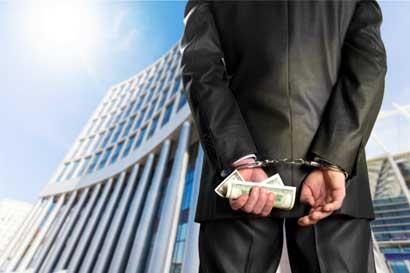 ¿Se debe pagar el salario a un funcionario sometido a medidas cautelares en un proceso penal?