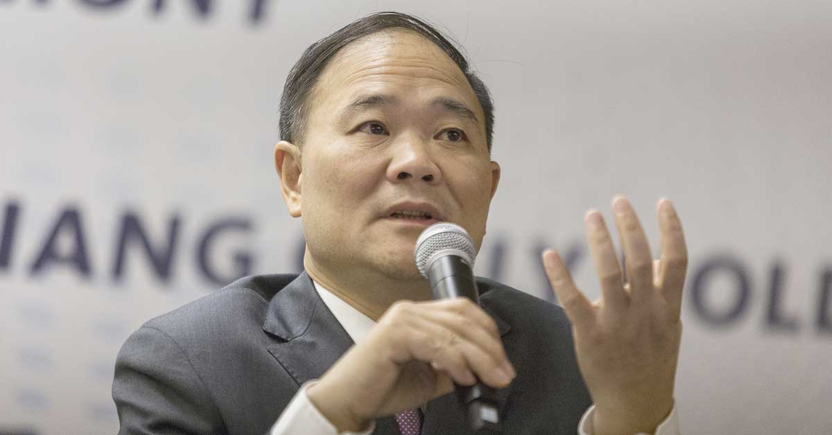 Multimillonario chino que revivió autos Volvo pasa a camiones