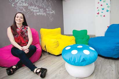 Familia germina negocio entre colores y telas de puffs
