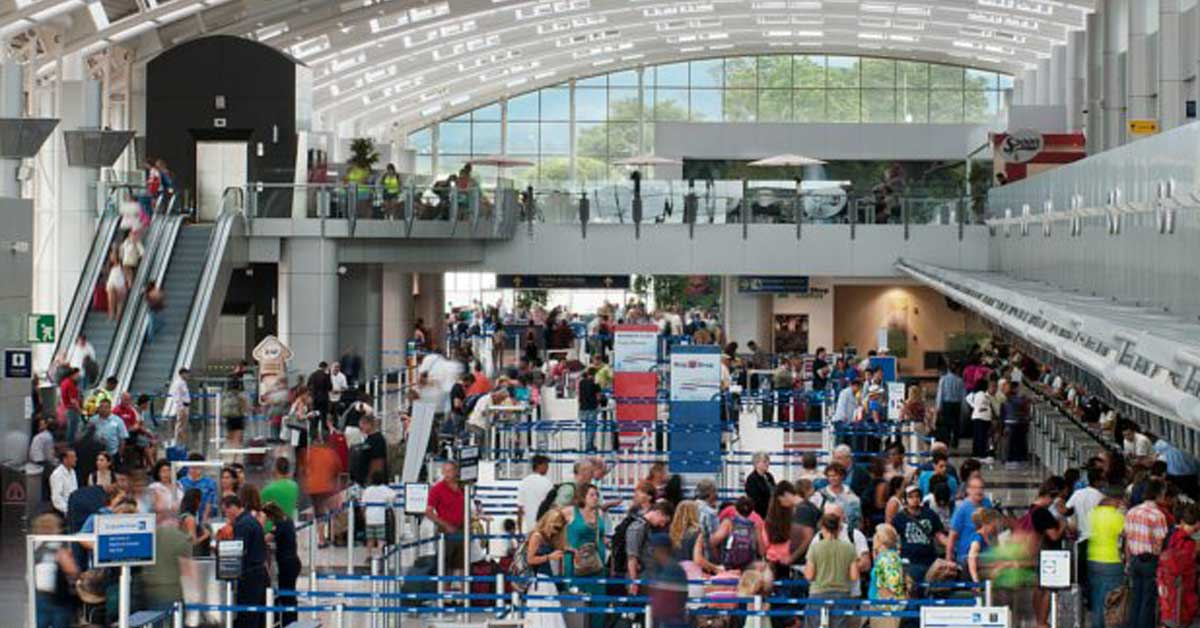 Migración y aerolíneas se contradicen por causa de largas filas