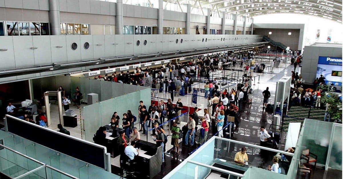 Largas filas en aeropuertos causan malestar en sector aeronáutico nacional