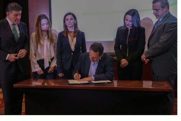 Antonio Álvarez firma 19 compromisos con el sector productivo